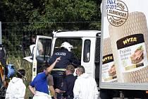 Nákladní vůz s desítkami mrtvých těl byl nalezen na rakouské dálnici.