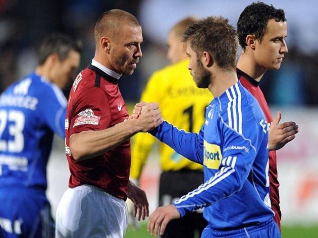 Obránce Sparty Tomáš Řepka (vlevo) a útočník Olomouce Pavel Šultes.