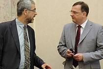 První náměstek ministra zahraničních věcí Jiří Schneider (vlevo) a premiér Petr Nečas na schůzi vlády v Praze.