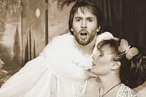 LÁSKY HRA OSUDNÁ. Herci Daniel Bambas a Barbora Munzarová v inscenaci hry bratří Čapkových.