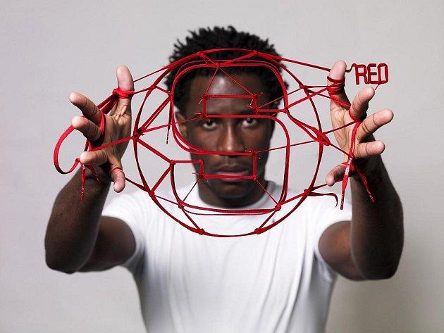 Didier Drogba pózuje s červenou tkaničkou.