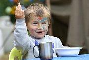 Malý skaut si na dětském táboře pochutnává na svačince.