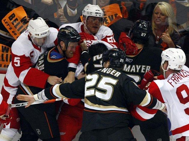 Závěr šestého duelu v Anaheimu byl hodně emotivní. Na ledě se strhla nefalšovaná bitka.