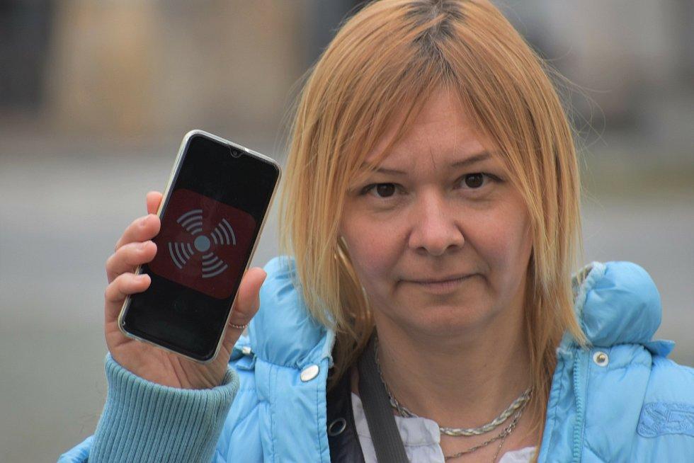 Ilona Škamlová ukazuje izraelskou aplikaci Red Alert na padající rakety.