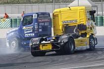 Takto minulý rok v Itálii žlutý MAN Gerda Körbera vyřadil ze závodů vedoucího jezdce Markuse Bösiger s Buggyrou.