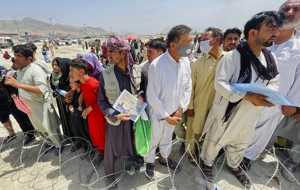 Davy lidí shromážděné u mezinárodního letiště v afghánské metropoli Kábulu.