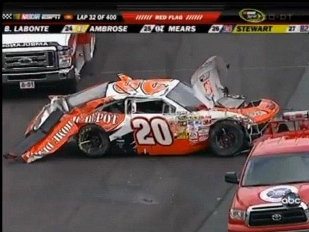 Rozbitý vůz Joey Logana v závodě Nascar v Doveru.