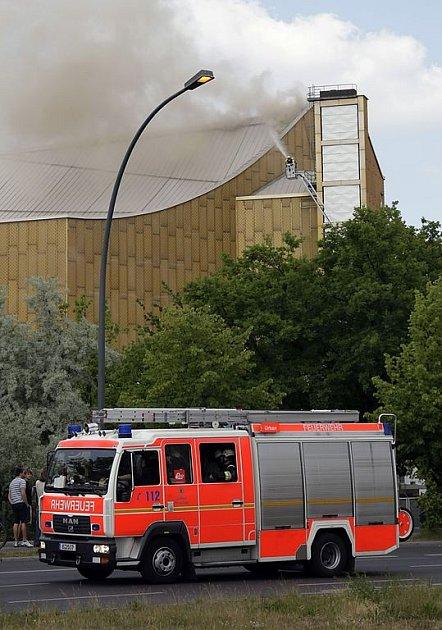 Jedno ze dvou desítek požárních aut, které bojují s ohněm v Berlínské filharmonii.