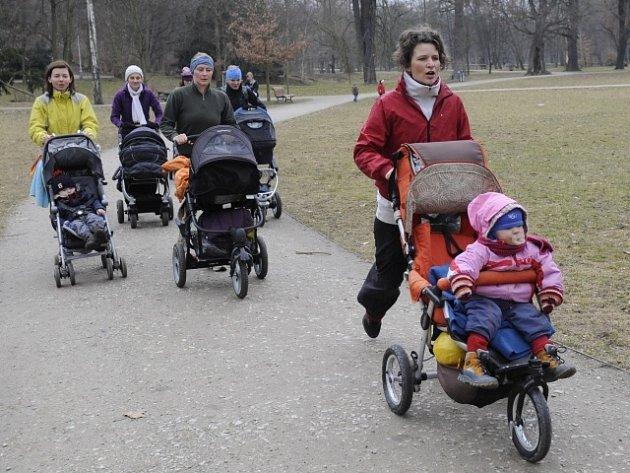 Strollering neboli kondiční sportování s kočárky je jednou z nových pohybových aktivit pro matky s dětmi. Snímek je z pražské Stromovky, kde kurzy strolleringu pořádá cvičitelka Edita Berková (vpravo).