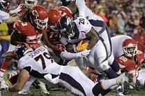 Utkání NFL mezi Denverem (v bílém) a Kansasem.