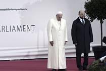 Papež ve svém dnešním projevu v Evropském parlamentu vyzval představitele Evropské unie, aby věnovali více pozornosti lidským právům, slabším a znevýhodněným a důrazně se postavili důsledkům konzumní kultury, která odsuzuje k živoření statisíce rodin.