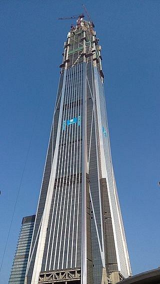 Věž Ping An v čínském Šen-čenu je zejména centrem obchodu. Je tak vysoká, že se řešila bezpečnost letadel na blízké letové trase. Snímek pochází z doby stavebních prací, konkrétně roku 2014.