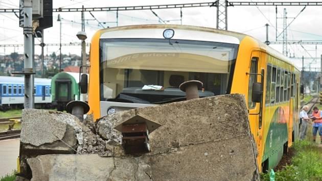 Osobní vlak 18. srpna dopoledne na nádraží Praha-Smíchov najel do zarážedla slepé koleje a vykolejil. Při nehodě se lehce zranili tři lidé.