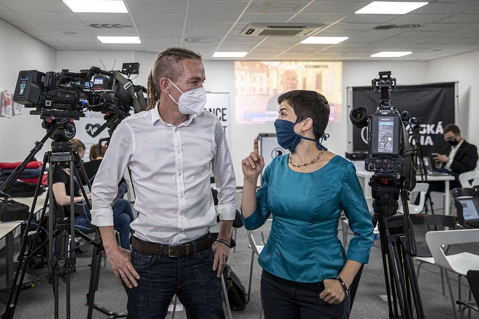 Volební štáb Pirátů při krajských a senátních volbách. Předseda Ivan Bartoš a místopředsedkyně Olga Richterová.