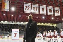 Dres s číslem 7 hokejového obránce Slavie Petra Kadlece byl slavnostně vyřazen.