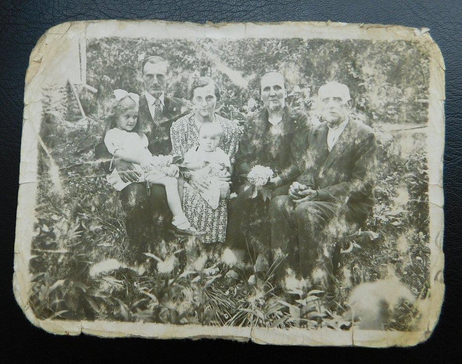 Fotografie, kterou u sebe během pobytu v československém armádním sboru nosil Josef Holátko z osady Frankov (Velké Dorohostaje) na Volyni v tehdejším Polsku