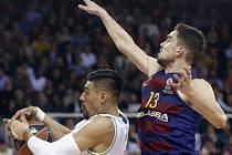 Tomáš Satoranský v zápase Barcelony proti Realu Madrid