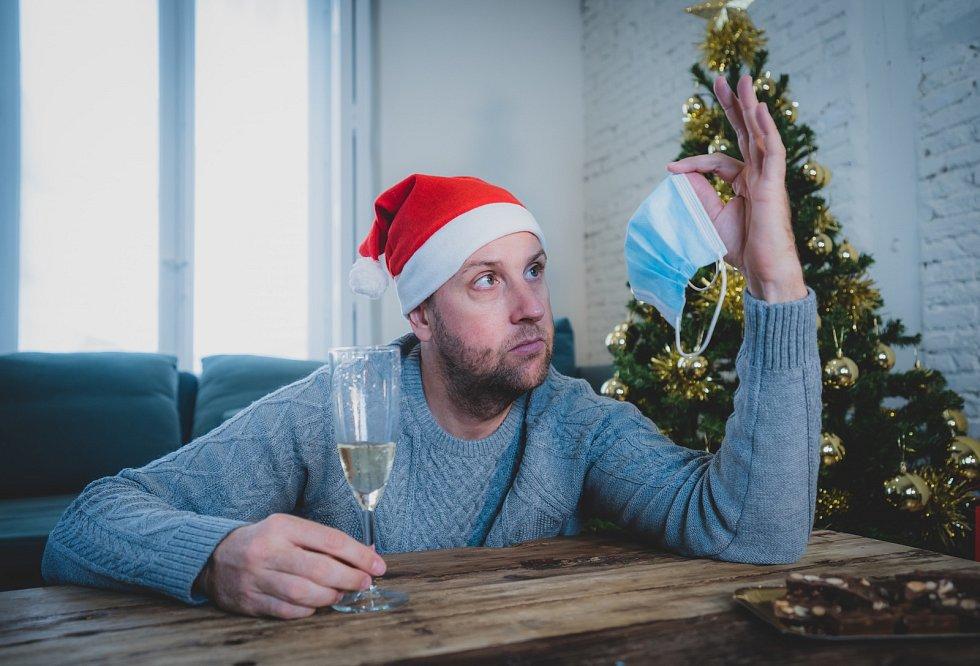 Pandemie, která poznamenala celý rok, přinese neobjednaný vánoční dárek vpodobě nejistoty, navýšené úzkosti a strachu zbudoucnosti.