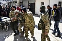 Bojovník Tureckem podporovaných jednotek zraněný v provincii Idlib v boji se syrskými vládními silami a jejich spojenci (snímek z 1. února 2020)