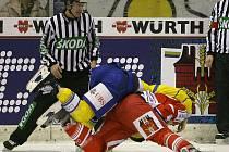 Pardubická posila Matthias Joggi (v červeném) v bitce s jendím z hráčů týmu HC Davos.