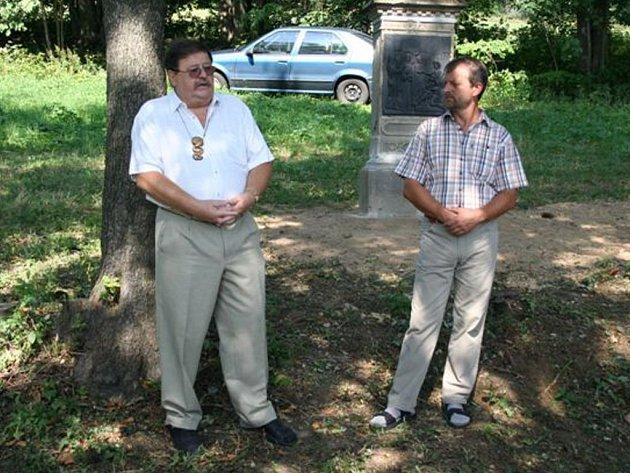 Luboš Domša (vpravo) na archivním snímku s poslancem Ježkem při otevírání obnovené Křížové cesty v Deštném.