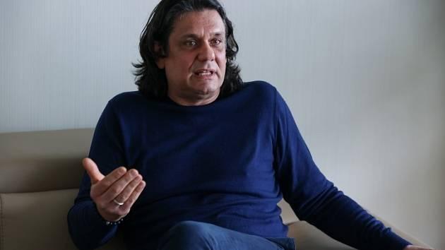 Pražský hrdina . V létě roku 1989 byl Tamás Deutsch zatčen a vypovězen z Československa za podporu protikomunistického disentu.