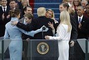 Donald Trump se objímá se svou rodinou.