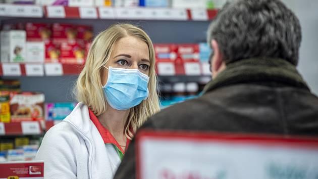 Lékárnice v roušce