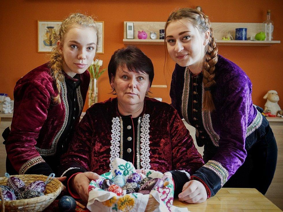 Miroslava Pavlíková a dívky mladé generace navazují na umění vranovických maléreček Marie Jakubíčkové a Ludmily Vlasákové. Škrabání kraslic před Velikonocemi na Hodonínsku.