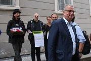 Lidé před sněmovnou protestují proti vládě s podporou komunistů. Podpořil je i Miroslav Kalousek.