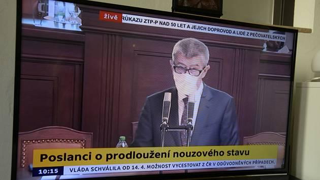 Televizní přenos schůze Poslanecké sněmovny v Praze, která 7. dubna 2020 projednávala žádost vlády o prodloužení nouzového stavu kvůli epidemii nového koronaviru. Na snímku hovoří k poslancům premiér Andrej Babiš (ANO)