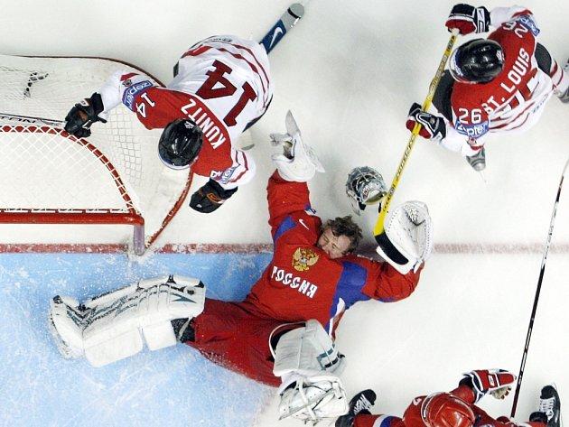 Ruský gólman Nabokov přišel při útoku Kanady o přilbu.