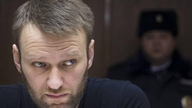 Moskevský soud dnes odmítl žádost advokátů opozičníka Alexeje Navalného o pozastavení jeho trestu vězení na jeden den. Navalnyj se chtěl v úterý zúčastnit pohřbu opozičního vůdce a svého politického spojence Borise Němcova.