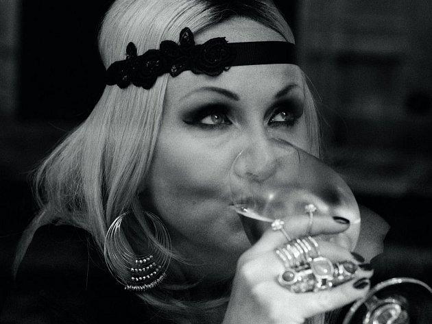 Zpěvačka Bára Basiková přichází po dvanácti letech s novým studiovým albem nazvaným Belleville, na němř spojila síly s Václavem Noidem Bártou.
