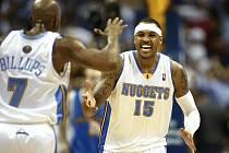 Carmelo Anthony (vpravo) slaví se spoluhráčem Chauncey Billupsem postup Denveru přes New Orleans.