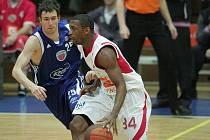 Basketbalové derby mezi Nymburkem (v bílém) a Poděbrady - ilustrační foto.