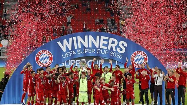 Fotbalisté Bayernu s trofejí pro vítěze Superpoháru.