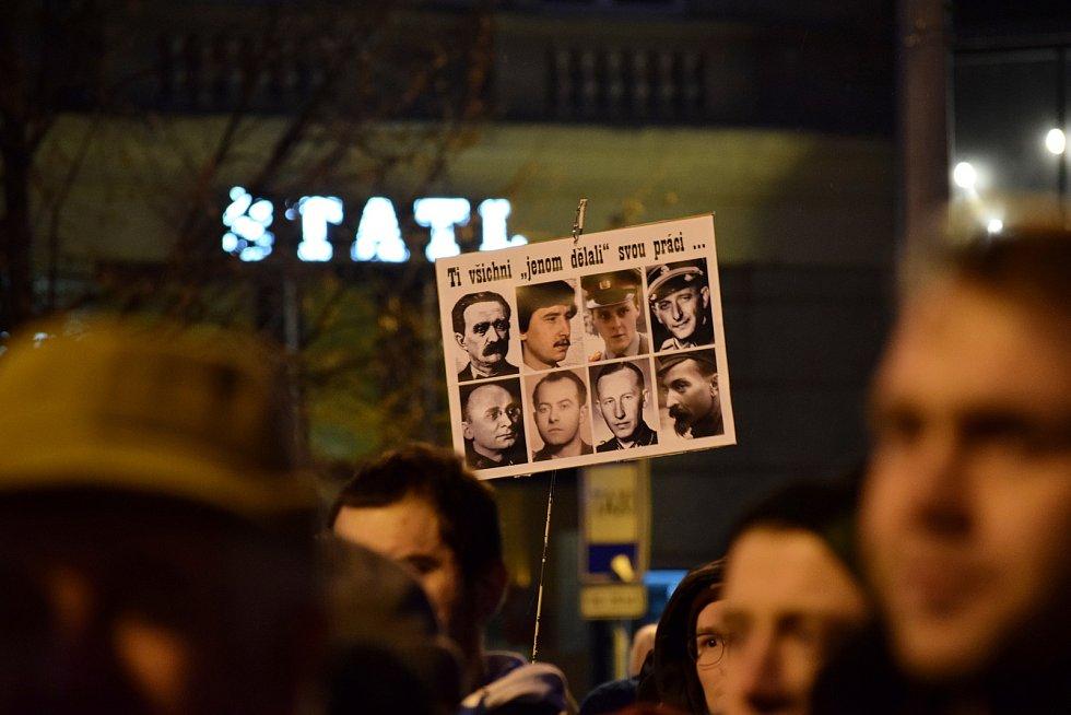 Tisíce lidí protestovali na náměstí Svobody v Brně proti takzvané mlátičce Zdeňkovi Ondráčkovi.