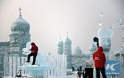 """Ledové umění v čínském městě Charbin. Návštěvníci zde najdou antickou, čínskou i ruskou """"architekturu""""."""