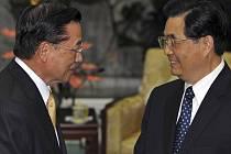 Hlavní tchajwanský vyjednavač P. K. Chiang a čínský prezident Hu Jin-tao (vpravo)