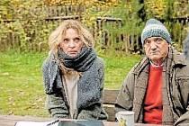 RODINNÉ MANÉVRY. Filmoví manželé Ivana Chýlková a David Vávra prodávají chatu. Trochu to ale drhne.
