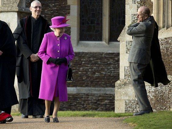 Alžběta II. se svým manželem Philipem.
