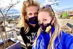 Česká umělkyně žijící v New Yorku Radka Salcmannová a její přítel (vlevo) pózují v rouškách proti koronaviru, které umělkyně šije. Američané se podle ní kvůli ochraně před koronavirem o roušky stále více zajímají. Látkové masky na obličej začala vizuální