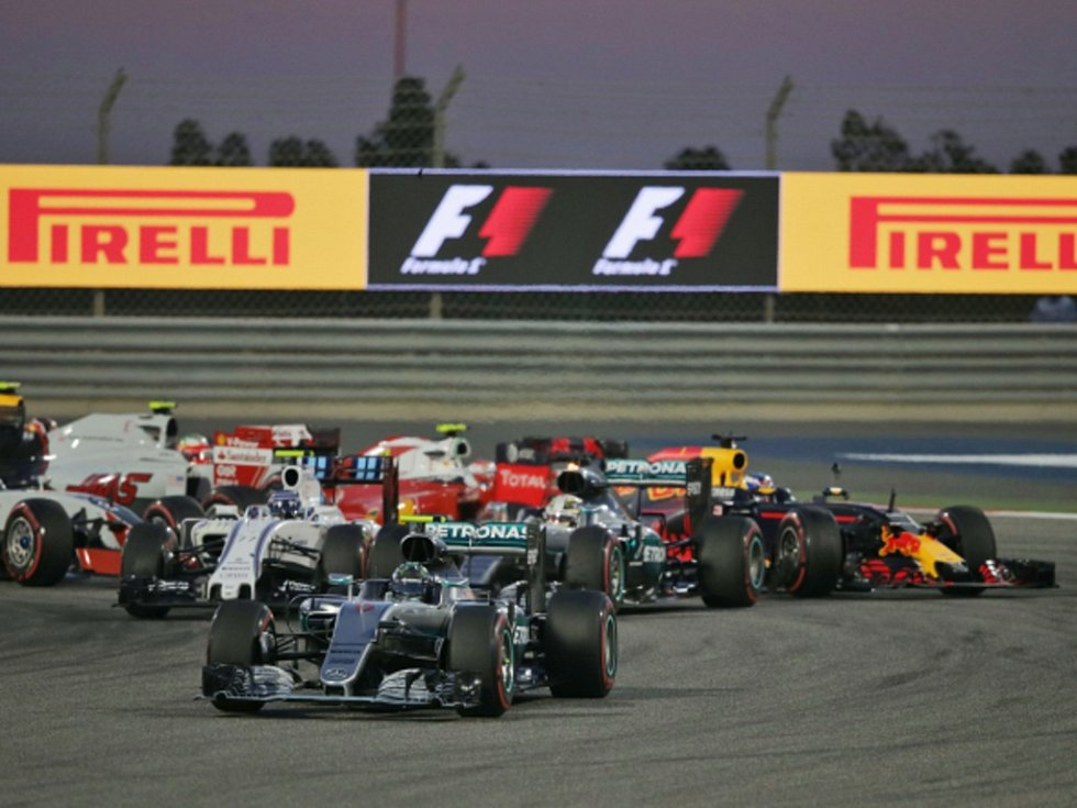 Nico Rosberg v čele Velké ceny Bahrajnu.