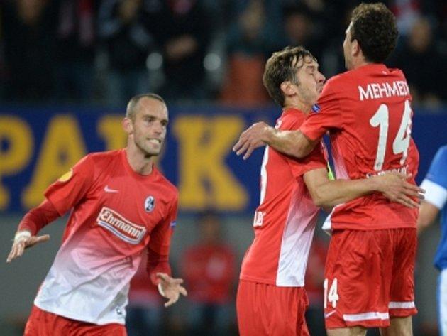 Pavel Krmaš z Freiburgu (vlevo) se raduje se spoluhráči Julianem Schusterem (uprostřed) a Admirem Mehmedim z gólu proti Liberci.