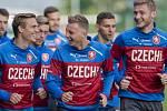 Fotbalisté (zleva) Bořek Dočkal, Ladislav Krejčí a Jakub Brabec v dobré náladě na tréninku reprezentace.