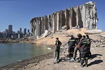 Práce záchranářů v Bejrútu na místě eploze v bejrútském přístavu, 7. srpna 2020