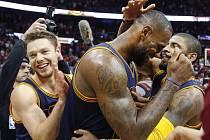 LaBron James z Clevelandu (uprostřed) slaví se spoluhráči postup do finále Východní konference.