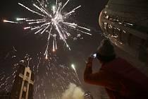 Miliony Číňanů oslavují ohňostroji a rodinnými sešlostmi příchod lunárního nového roku.