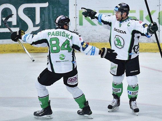 Autor prvního gólu David Výborný (vpravo) a Lukáš Pabiška z Boleslavi se radují.